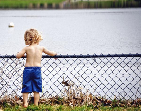 Veilig opgroeien - jongen bij het water